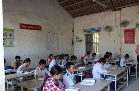 Hơn 300 học sinh của trường Trường tiểu học Quỳnh Mỹ (Nghệ An) luôn phải nơm nớp lo sợ học tập trong những phòng học xuống cấp. (Ảnh: Dân trí)