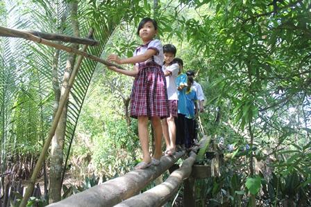Nguyễn Thị Thu, học sinh lớp 4/2 trường tiểu học An Phú Tân D (An Phú Tân, Cầu Kè, Trà Vinh) ngày nào cũng phải đi qua cây cầu này. (Ảnh qua News.Zing.vn)