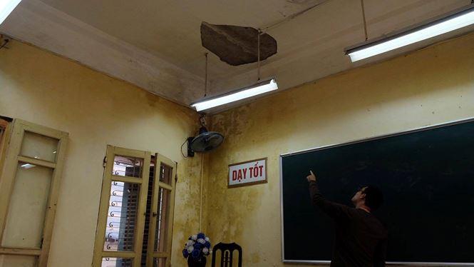 Mảng vữa rơi thẳng xuống ghế ngồi của giáo viên vài ngày trước. (Ảnh: Báo Tiền phong)