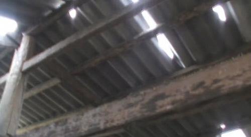 Lớp học ở Thung Mai (Lào Cai) với mái lợp tôn thủng lỗ chỗ chưa có kinh phí để tu sửa, trong khi  quan chức tham những đút túi tiền tỷ. (Ảnh: eva.vn)