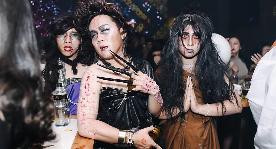 Trong đêm Halloween 31/10, nhiều người hóa thân rất xuất thân, giống ma quỷ hiện hình.