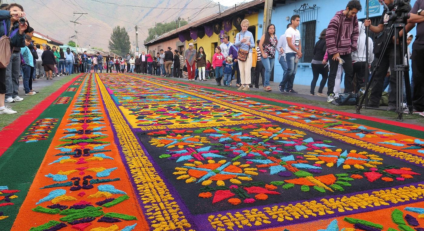 Những tấm thảm hoa tuyệt đẹp Antigua báo trước Lễ Phục Sinh ở Guatemala.1