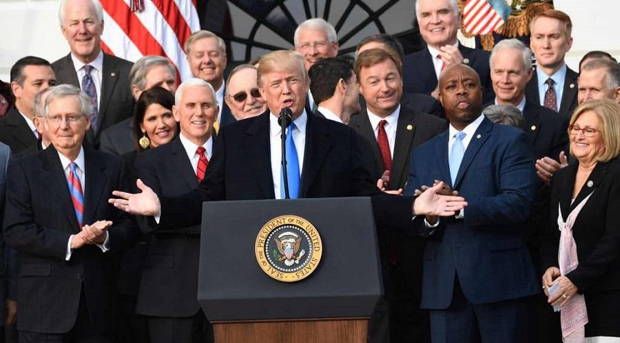 Tổng thống Trump cùng các nghị sĩ Đảng Cộng hòa chúc mừng Dự luật cải tổ thuế được Quốc Hội thông qua ngày 20/12/2017. (Ảnh qua Imgur)