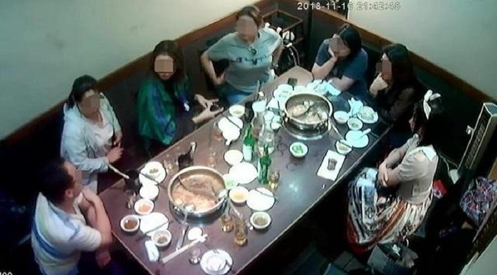 Đoàn khách Trung Quốc tới ăn lẩu ở một nhà hàng Đài Loan. (Ảnh: Internet)