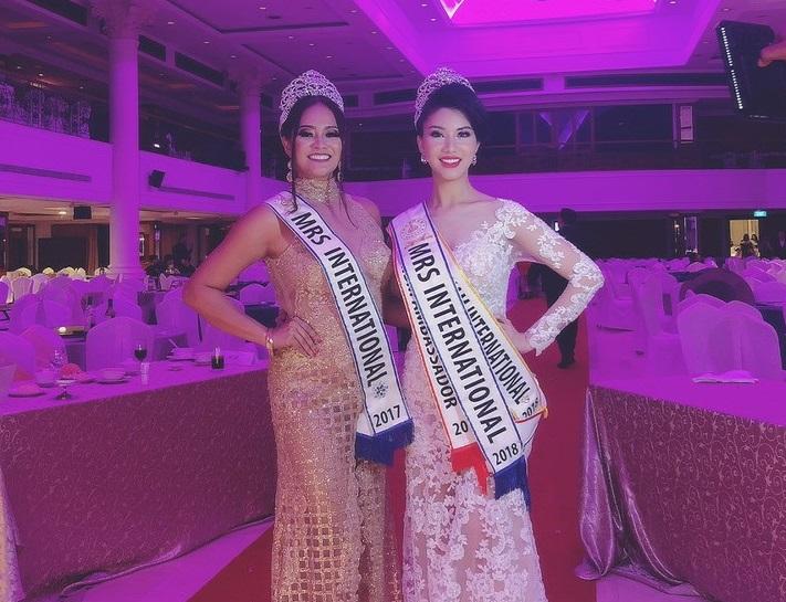 Loan Vương cùng hoa hậu tiền nhiệm của cuộc thi.