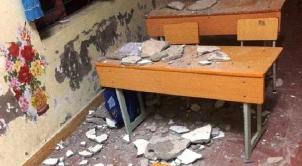 Trường học xuống cấp, mảng vữa rơi làm 3 học sinh nhập viện cấp cứu. Ảnh 1