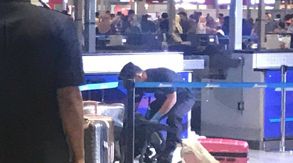 Cảnh sát Malaysia kiểm tra hành lý của hai hành khách bị tạm giữ .Ảnh: Internet)