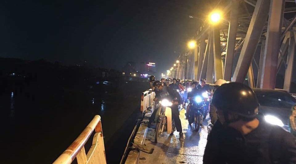 Chiếc Mercedes GLC300 tông sập lan can cầu Chương Dương rồi rơi xuống sông Hồng vào 19h30 tối 4/11.