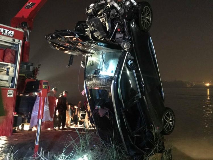 Rạng sáng 4/11, cơ quan chức năng đã tìm thấy chiếc xe và phát hiện 2 nạn nhân tử vong trong xe.