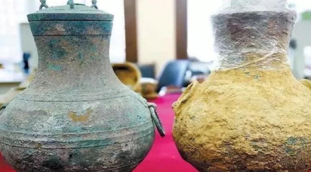 Hai chiếc bình đồng cổ được tìm thấy trong khu mộ. (Ảnh: Baidu)