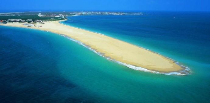 """Nổi bật với bãi cát vàng và mặt nước xanh lấp lánh, hòn đảo này được quảng bá như là """"thiên đường giải trí dưới nước quốc tế""""."""