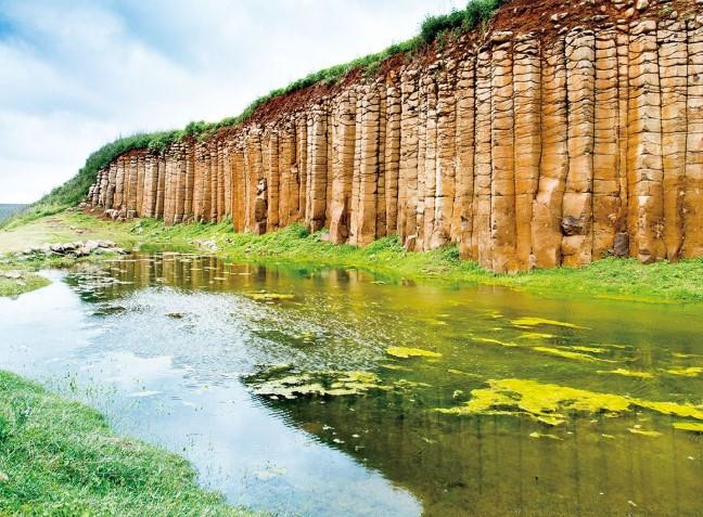 Hòn đảo có cấu tạo địa chất tuyệt vời và nền lịch sử văn hóa độc đáo