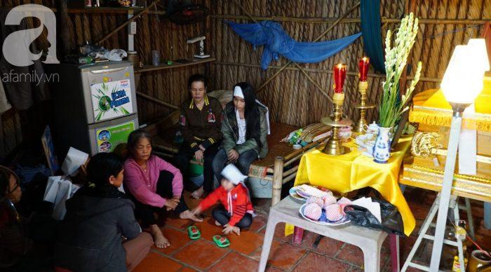 Bố chết đuối khi cứu vườn rau trong bão, 3 đứa con thơ ngơ ngác chưa hiểu chuyện gì.3