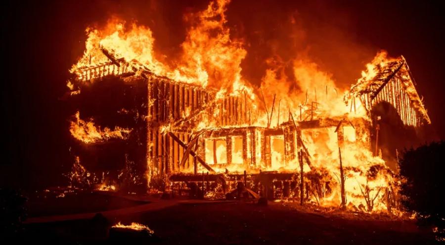 Video: Bố hát động viên con gái khi băng qua biển lửa cháy rừng ở Mỹ. Ảnh 1