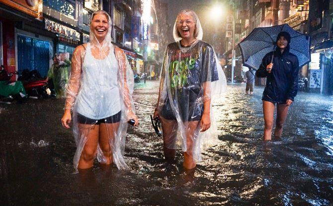 Phố đi bộ Sài Gòn lênh láng nước, khách Tây thích thú dạo chơi - H1