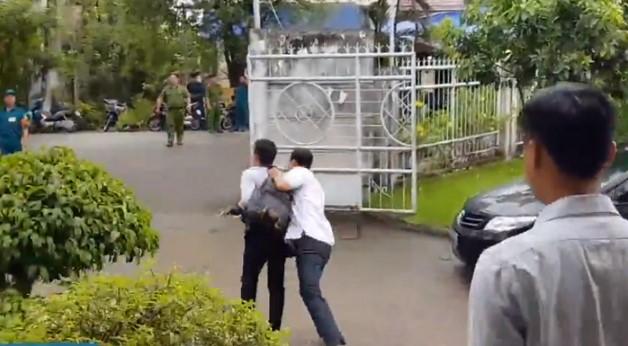 Phóng viên bị nhân viên an ninh đẩy ra ngoài.