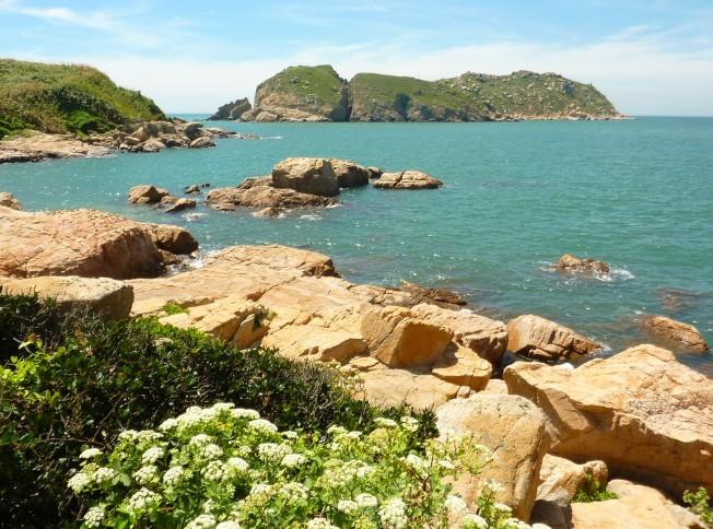 Hòn đảo này nằm ở phía Nam đảo Beigan/ Nangan