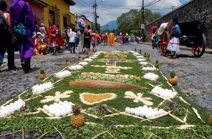 Tấm thảm được trải bằng rau quả đủ màu sắc rực rỡ.