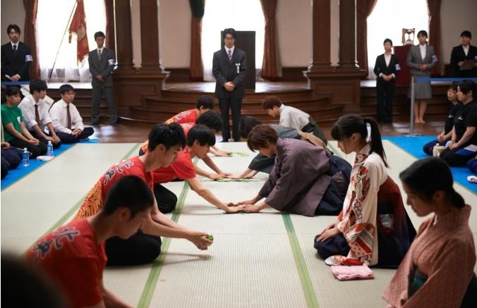 Đội của Chihaya luôn mặc những bộ hakama truyền thốngtrong các trận đấu đồng đội.