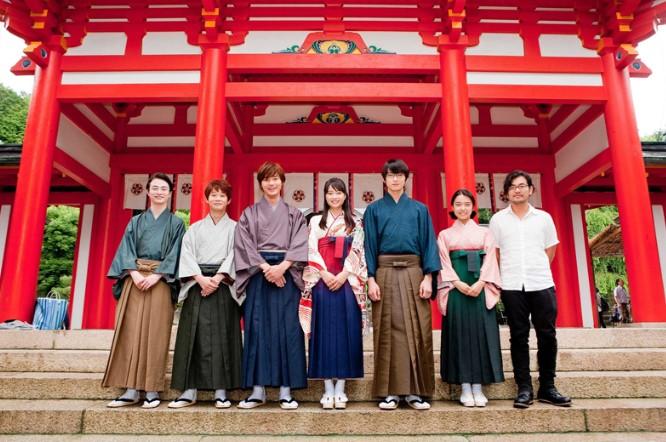Các diễn viên trước ngôi đền Omi