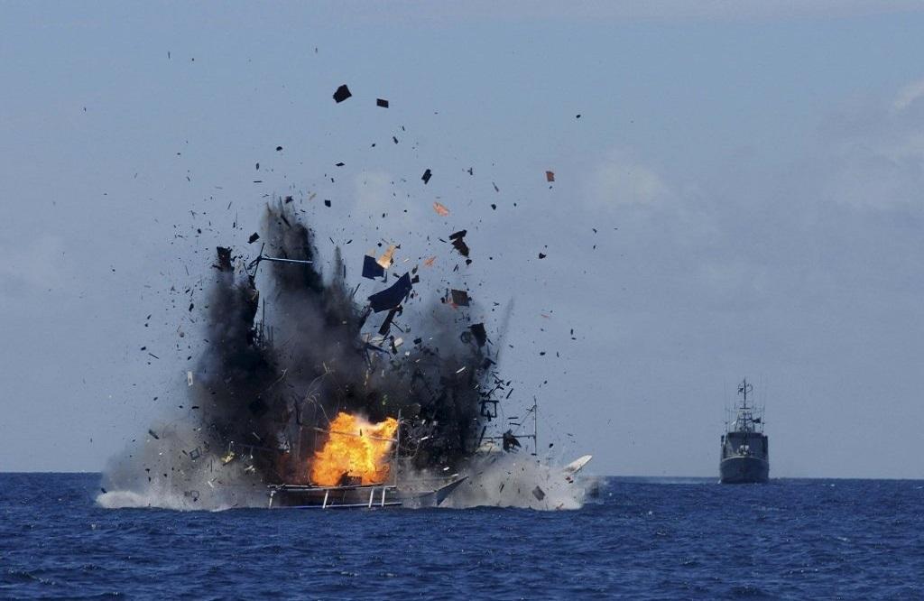 Tàu cá nổ tưng trên biển. (Ảnh: AP)