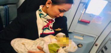 Tiếp viên hàng không được dân mạng phong anh hùng vì cho em bé bú trên máy bay