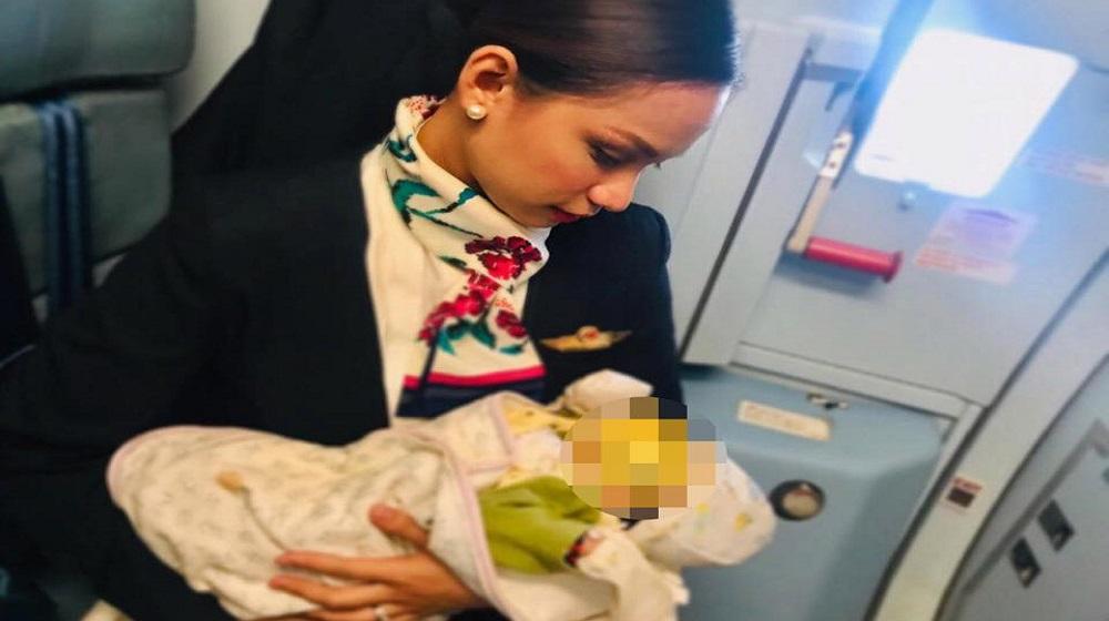 Nữ tiếp viên Partisha Organa cho em bé bú nhờ ngay trên chuyến bay.(Nguồn: Internet0