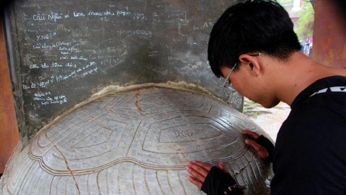 Di tích, bảo vật quốc gia ở Huế bị vẽ bậy. Ảnh 1