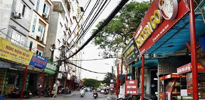Dãy cột gắn biển hiệu dọc đường Đình Thôn.(Nguồn: Internet)