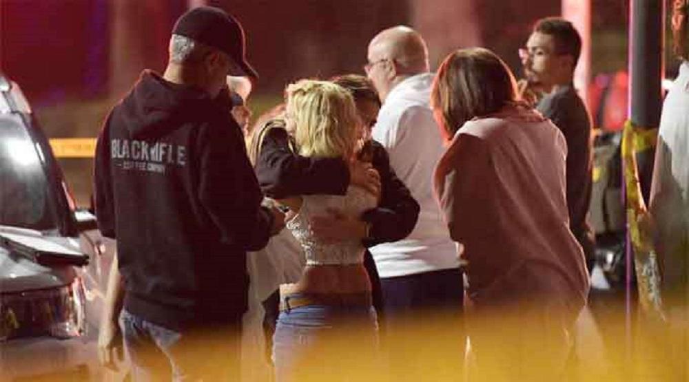 Mọi người an ủi nhau tại hiện trường vụ xả súng quán bar ở hạt Ventura, California, Mỹ. (Ảnh qua Dailyhunt)
