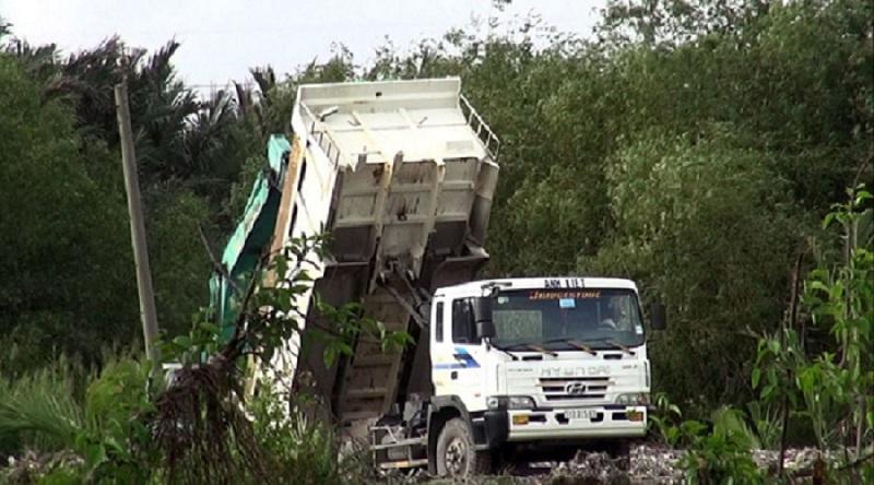 Xe ben mang biển kiểm soát 51D-31…3 sau khi rời bãi tập kết tại huyện Nhà Bè đã đến bãi đất trống huyện Bình Chánh đổ rác san lấp mặt bằng. (Ảnh: Internet)