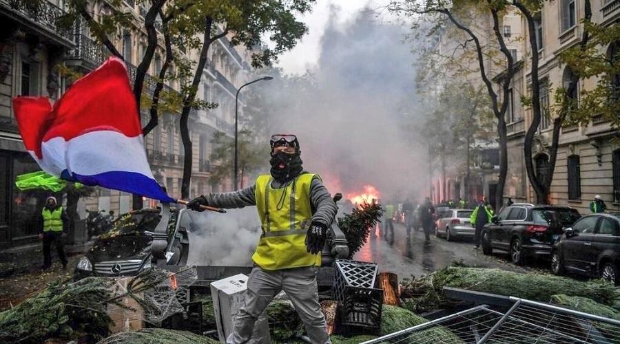 """Người biểu tình """"Áo vàng"""" đốt ô-tô, đập phá các cửa hàng trên đường phố nước Pháp"""