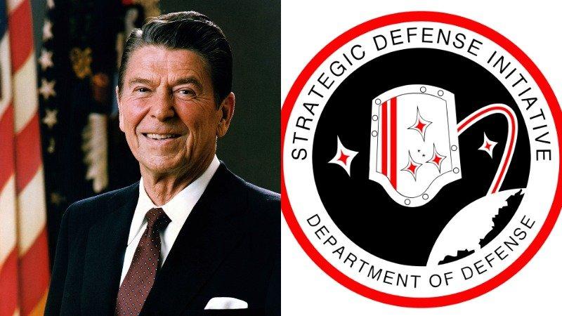 Cựu Tổng thống Ronald Reagan và logo dự ánSáng kiến phòng thủ chiến lược (SDI). (Ảnh quathevintagenews.com)