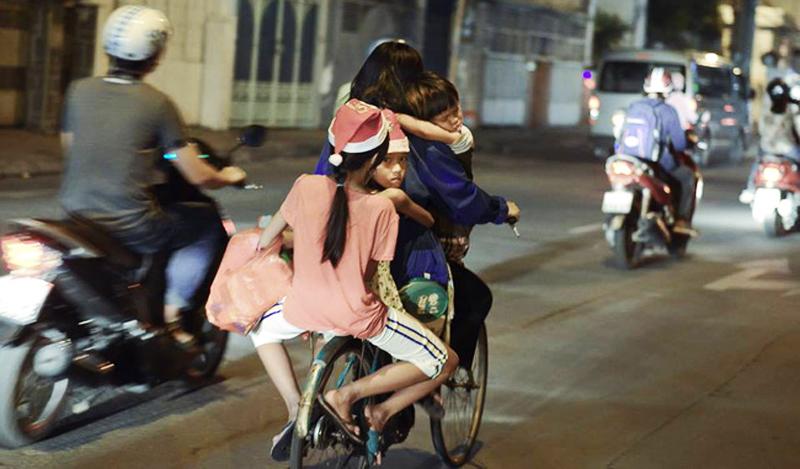Bức ảnh lay động trái tim: Ở đâu có yêu thương, ở đó có Giáng sinh hạnh phúc - ảnh 1