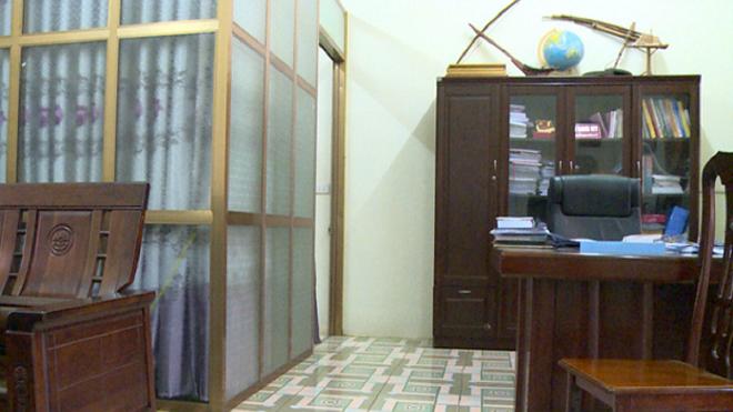 Buồng riêng của ông My trong phòng làm việc được che rèm kín bưng.