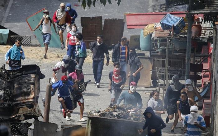 Hàng chục quân nhân Venezuela nổi dậy bị chính quyền bắt giữ.2