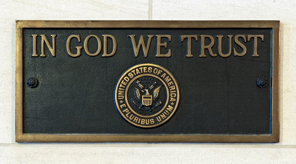 """Mỹ đề xuất dự luật yêu cầu trường học dạy tín ngưỡng và treo khung ảnh """"Chúng ta tin vào Thượng đế"""""""