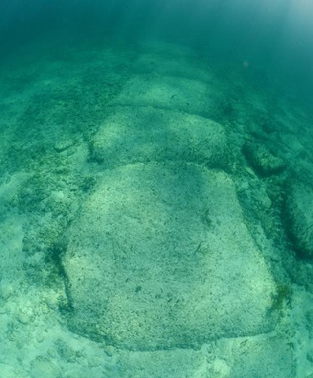 Con đường Bimini – Con đường hình vuông bằng đá lớn dưới đáy biển Bimini ở Đại Tây Dương. Dấu tích còn sót lại của Atlantis? (Ảnh: Shutterstock)
