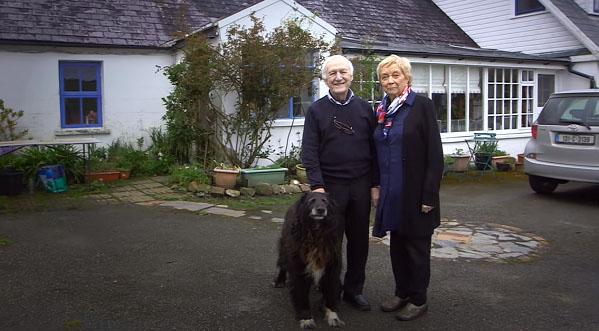 80 tuổi ông vẫn học trang điểm chỉ để thay thế đôi mắt cho bà và giúp bà luôn thấy mình xinh đẹp