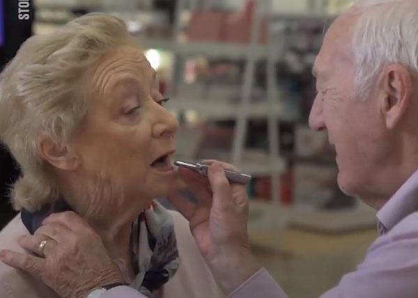 80 tuổi ông vẫn học trang điểm chỉ để thay thế đôi mắt cho bà và giúp bà luôn thấy mình xinh đẹp h2