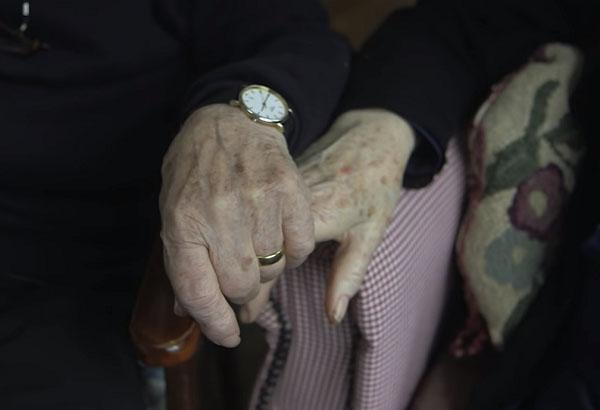 80 tuổi ông vẫn học trang điểm chỉ để thay thế đôi mắt cho bà và giúp bà luôn thấy mình xinh đẹp h4
