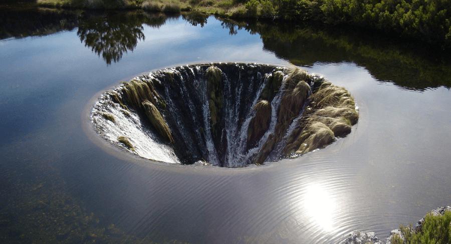 Công trình kỳ lạ: Chiếc hố nằm giữa hồ nước tuyệt đẹp của Bồ Đào Nha
