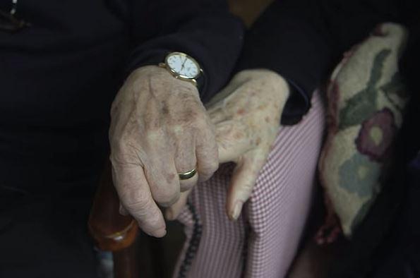 80 tuổi ông vẫn học trang điểm chỉ để thay thế đôi mắt cho bà và giúp bà luôn thấy mình xinh đẹp - H4