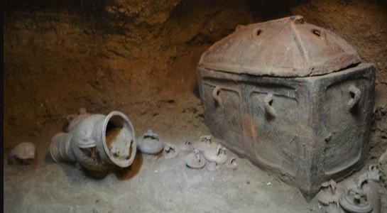 Chiếc ô tô bị sụp hố, vô tình phát hiện ra ngôi mộ cổ 3.400 năm tuổi.5