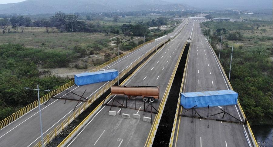 Venezuela: Maduro cho quân đội chặn đoàn xe cứu trợ của Mỹ