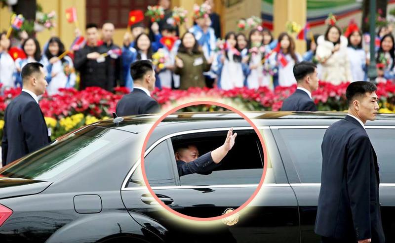 Ông Kim Jong-un hạ kính chống đạn chào người dân – Một hành động chưa từng có tiền lệ