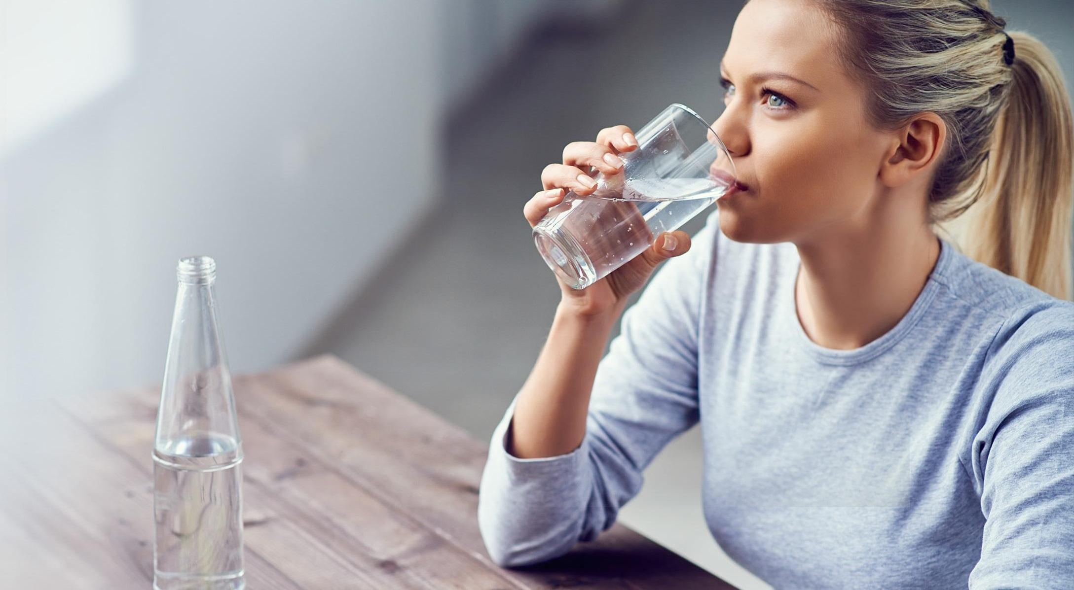 Việc uống nước sẽ giúp cơ thể cung cấp đủ lượng cần thiết và lâu no hơn