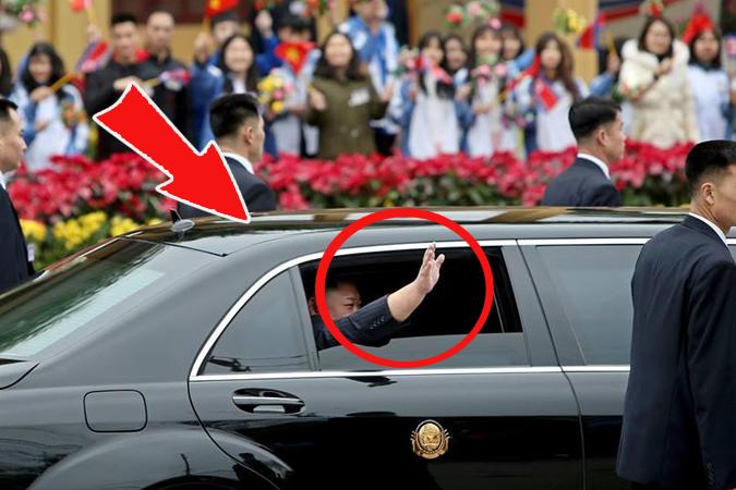 Thò tay ra cửa chào người dân: Hành động chưa từng có tiền lệ của Kim!