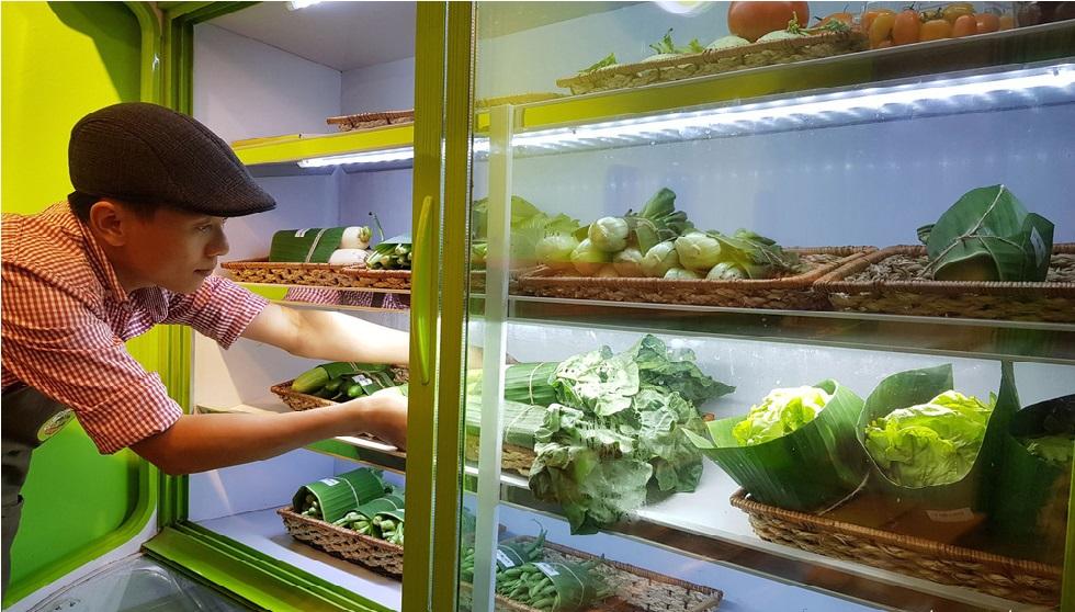 Sài Gòn: Cửa hàng chọn gói rau củ bằng lá chuối thay cho túi nylon