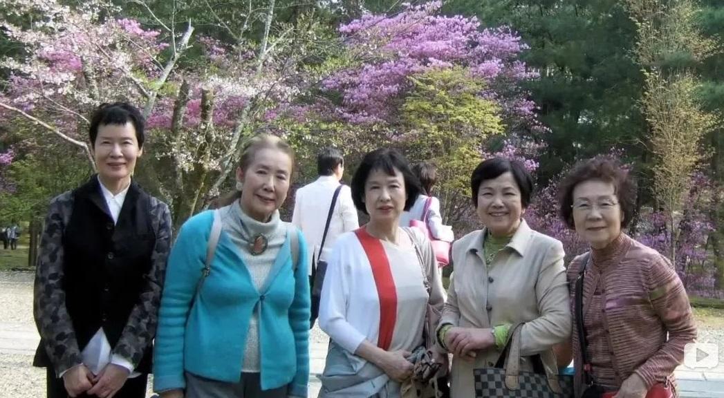 Họ thường cùng nhau đi du lịch, thưởng trà và trải lòng về mọi điều trong cuộc sống. (Ảnh qua sohu.com)